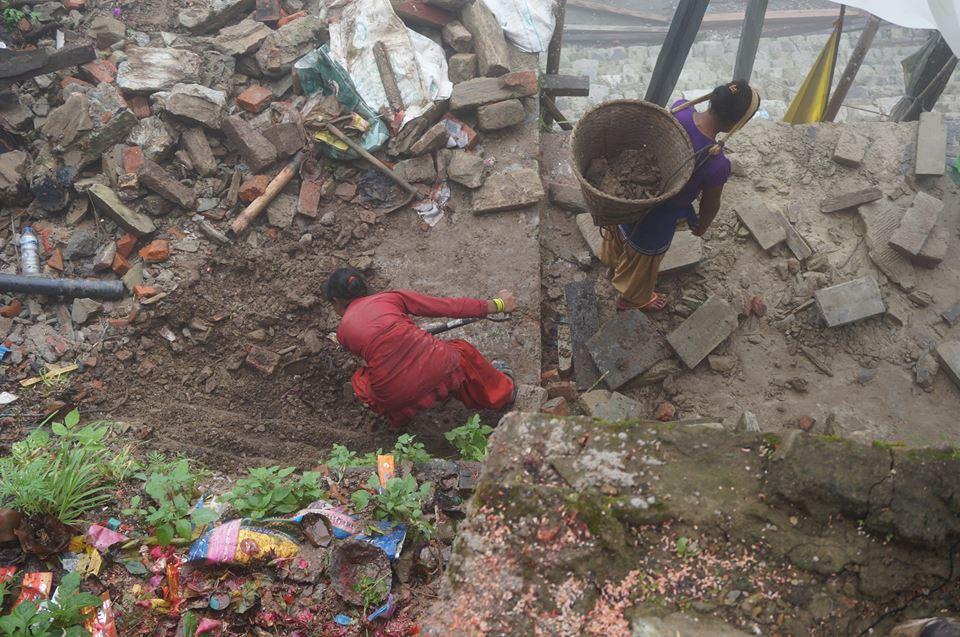 Vrouwen ruimen puin na de aarbeving in Nepal