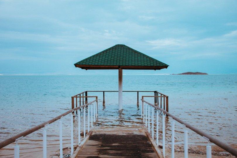 EIN GEDI - De dode zee. Het weer zat niet mee toen wij daar waren, het was behoorlijk koud. Dat weerhield ons er echter niet van om een 'duik' te nemen in deze bijzondere 'zee'. De dode zee is het laagst gelegen meer ter wereld en bestaat voor 33% uit zout. Dit zorgt ervoor dat je er niet in kan zwemmen, maar wel in kan drijven. Een hele bijzondere ervaring! (zorg er wel voor dat je je benen niet van te voren scheert, geen wondjes hebt en je sieraden e.d. aan de kant laat liggen!)