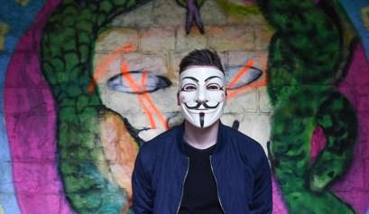 Anonymous lid voor een muur met graffiti