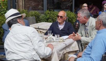 Italiaanse mannen op het terras in Siena