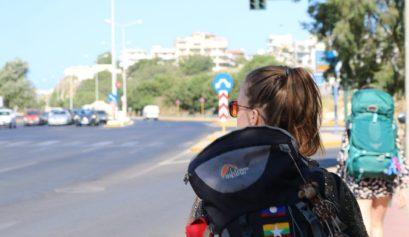 Ik met mijn backpack in de straten van Griekenland