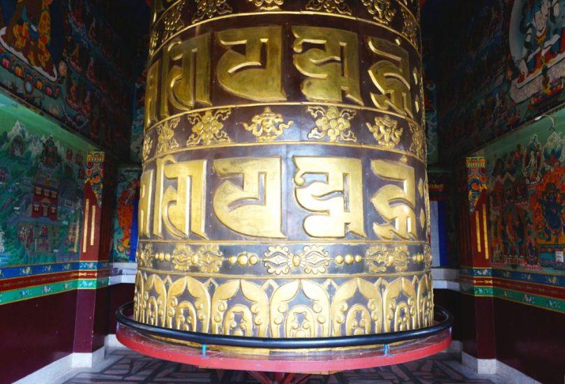 Een grote gebedsmolen in het Kopan Klooster in Nepal