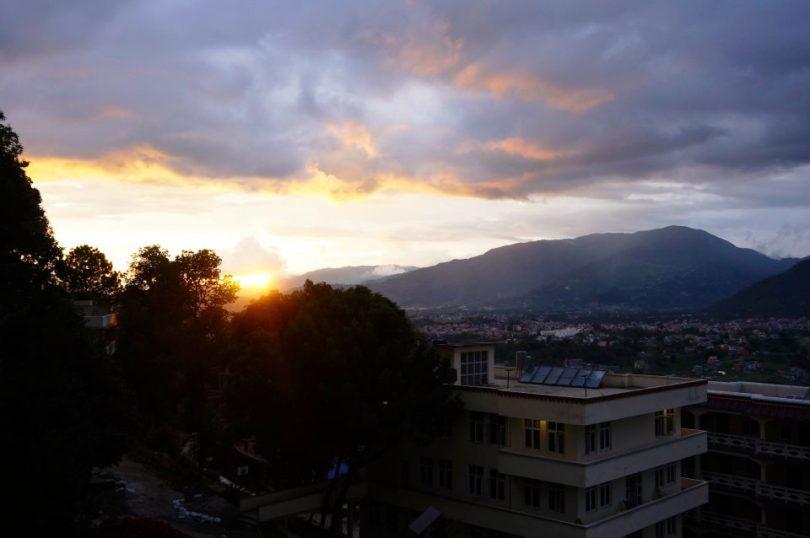 Het uitzicht tijdens een zonsondergang in het Kopan Klooster in Nepal
