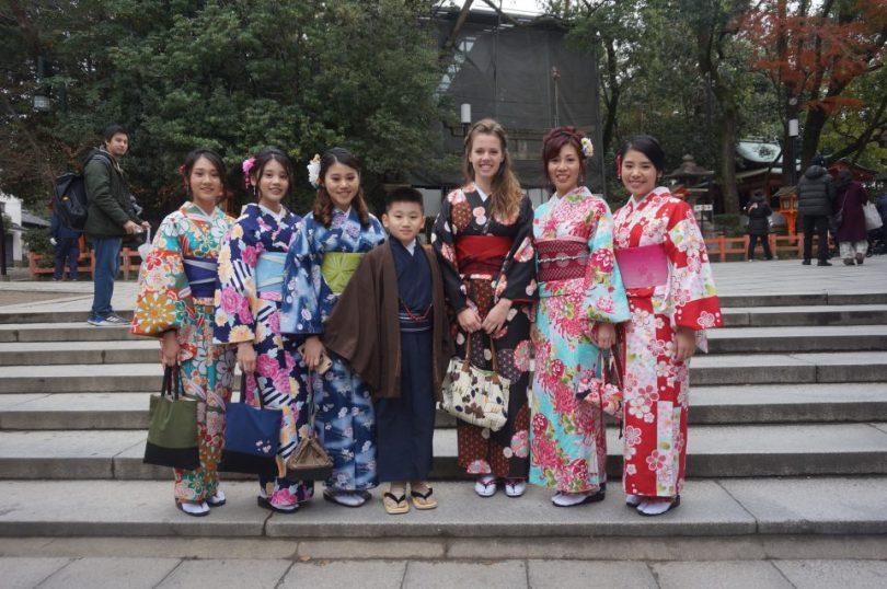 Toeristen in kimono in kyoto