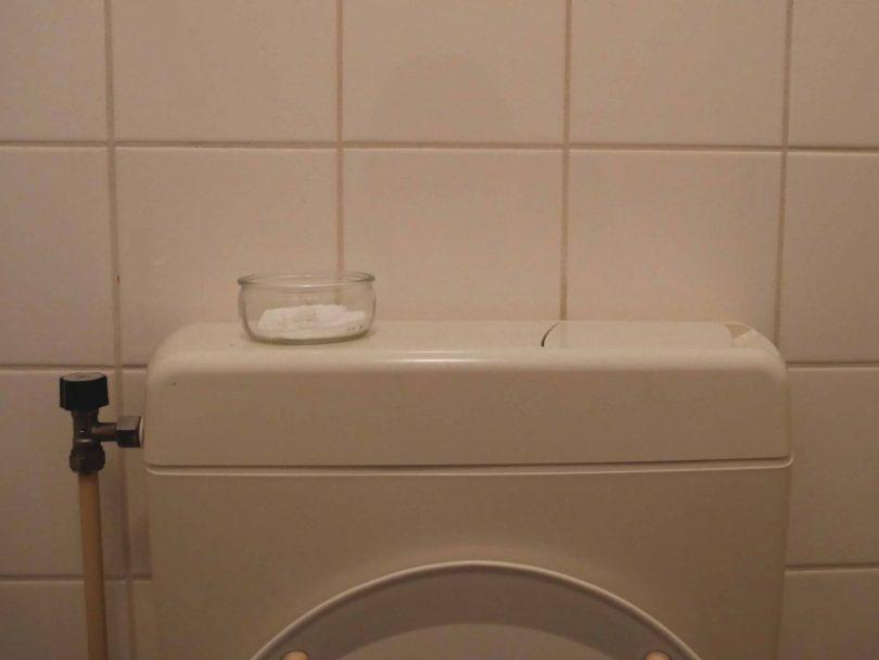 Zelfgemaakte luchtverfrisser op het toilet