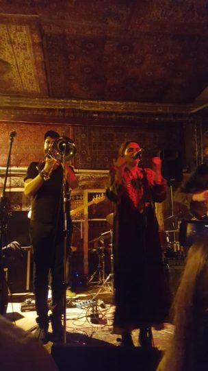 De trombonist en zangers van Sarab