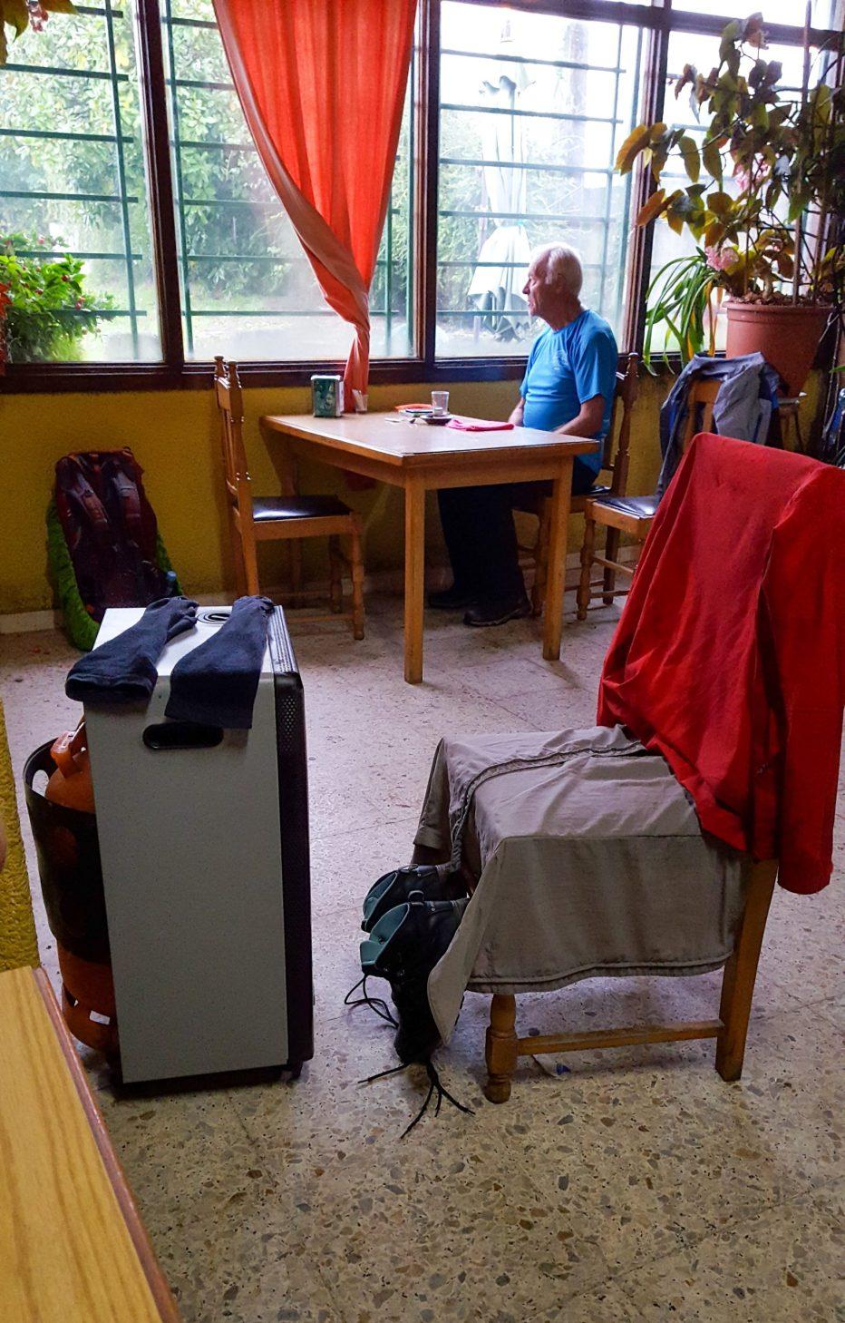 natte spullen drogen op de kachel in het café