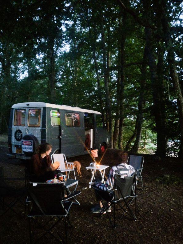 met een groep vrienden rondom de camper in Frankrijk