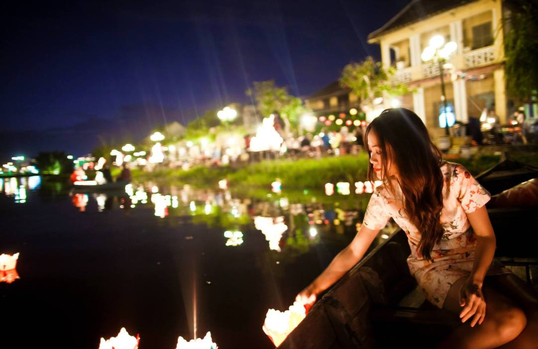 release-lanterns-into-the-river