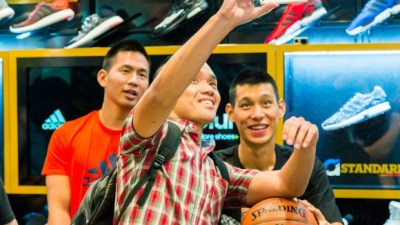 Jeremy Lin Meets Fans at Culver City Foot Locker fe221e1ee46b
