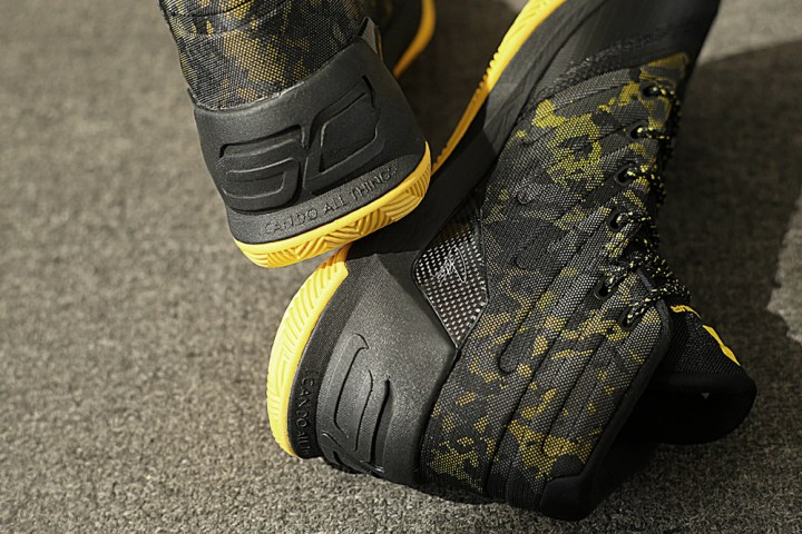 get-up-close-and-personal-with-the-under-armour-curry-3-black-taxi-5