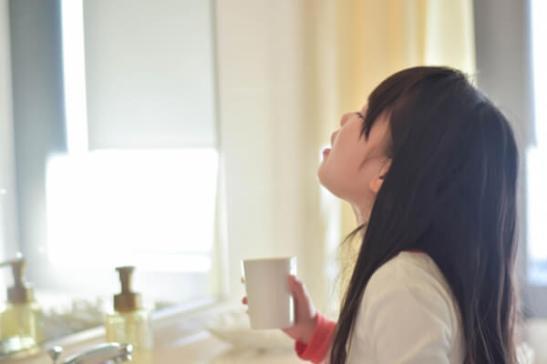 Hacer gárgaras implica echar agua en la boca, lavarse la garganta y eliminar los gérmenes y la suciedad. Las escuelas de Japón enseñan a los alumnos que hacer gárgaras y lavarse las manos son hábitos importantes para prevenir los resfriados.