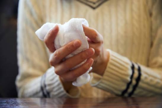 Si se limpia las manos con un Oshibori antes de comer, puede evitar que los gérmenes se introduzcan en su boca.