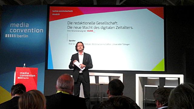 Prof. Dr. Bernhard Pörksen hält einen Vortrag auf der re:publica 2015 zum Thema Social Media - Die Macht der vernetzten Vielen.