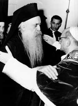 O Papa Paulo VI e o Patriarca Bizantino de Constantinopla Atenágoras I se encontram em Jerusalém, em 1964