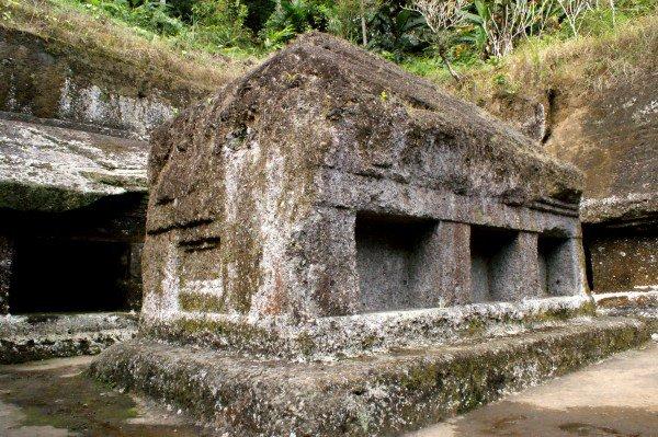 岩から掘り出した建物