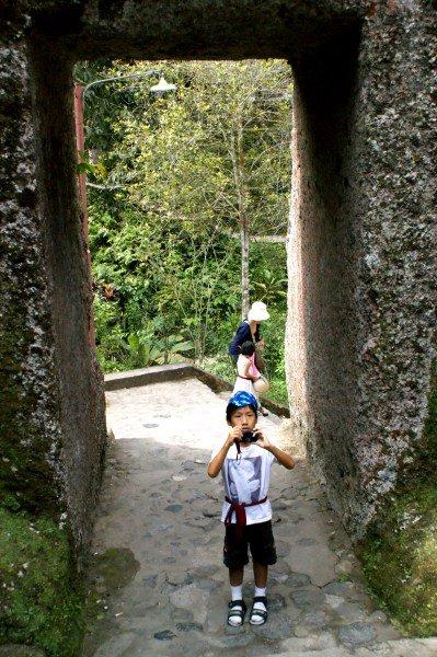 岩山を掘り抜いた門