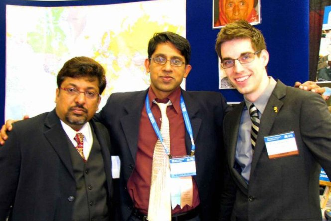 Dr Sanjay Gupta and Dr Navin Gupta with SEE official at AAO 2009