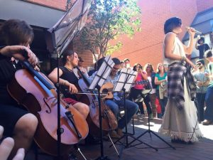 Los hermanos Hurtado con otros músicos venezolanos en Kaplan International Centers. (Foto: Miguel y Daniela Hurtado)