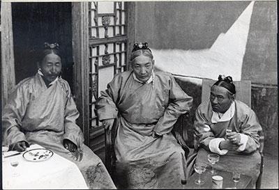 Norbu Wangyel (milieu) alias Trimön (1874-1945) et Tsarong (droite) © The Tibet Album