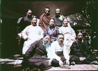Un groupe d'officiels lors d'une garden-party. Celui au milieu de la rangée du bas est Pangdatsang, un riche marchand. Celui à gauche de la rangée du milieu est Ringang / Rinchengang, un des quatre jeunes garçons envoyés étudier en Angleterre en 1913. © The Tibet Album