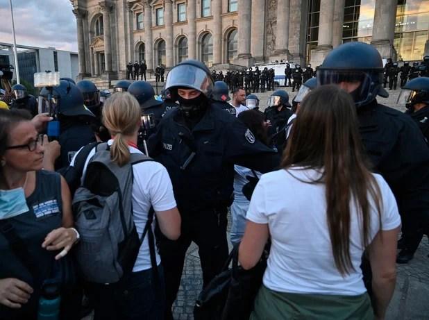 """La radicalisation du mouvement """"anti-masques"""" crée la stupeur en Allemagne"""