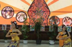 Penampilan Sato Matsumi dan teman-temannya dalam menarikan tari Panyembrama di Acara Perpisahan Progam Bunga 2014, STIE Malangkucecwara, Sabtu (8/4/2014)