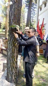 KAMPUS ANGGREK: Bersama Rektor ABM, Anton secara simbolis melakukan penanaman anggrek.