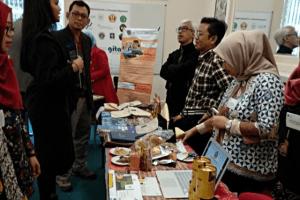 KHAS MALANG: STIE Malangkucecwara (ABM) memamerkan sejumlah kerajinan khas Malang di University of Gloucestershire, Inggris.