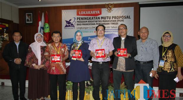Sekpel Kopertis Wilayah VII Dr Widyo Winarso MPd (jas hitam, urutan ketiga dari kanan) (foto: imarotul izzah/ MalangTIMES)