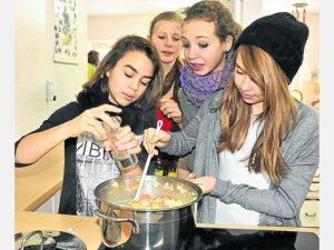 Lecker: Nach dem Rezept von Wam Kat kochen Dietramszeller Montessori-Schueler eine niederlaendische Kartoffelsuppe. Foto: nie