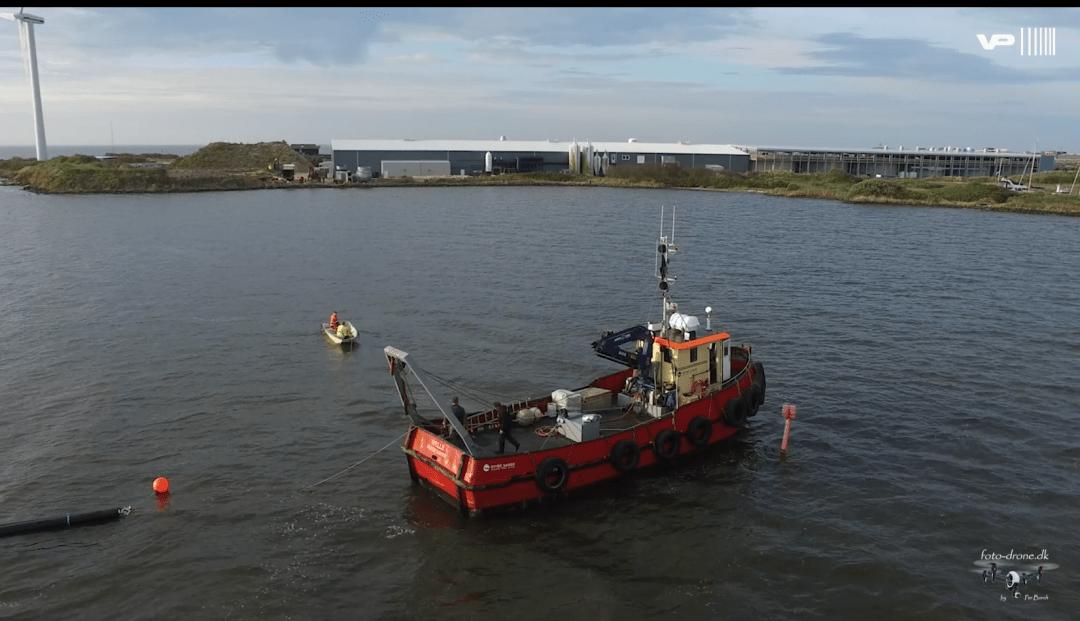 De nye pumpeledninger på vej i land i Hvide Sande