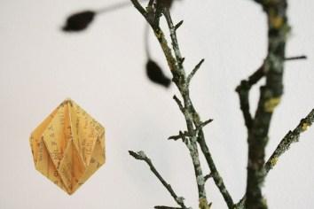 Origami-Herbstschmuck: ein DIY-Diamant aus Pappe. Foto: Julia Marre