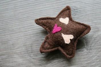 Ein Sternkeks mit Zuckerherzen. Foto: Julia Marre
