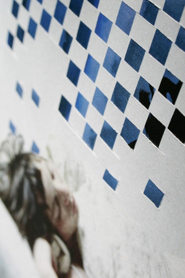 Hier geht's drunter und drüber: Blaues Gemälde trifft Fotografie. Foto: Julia Marre