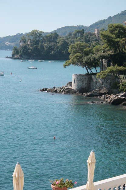"Der Blick vom ""Excelsior Palace"" in Richtung der Halbinsel Portofino. Foto: Julia Marre"