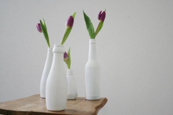 Die Vier von der Tankstelle: Flaschenensemble mit Frühlingsgruß. Foto: Julia Marre