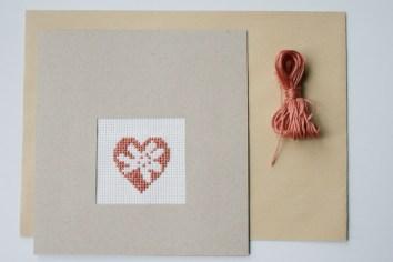 Pappe, Stoff, Stickgarn - und fertig ist die Muttertagskarte. Foto: Julia Marre