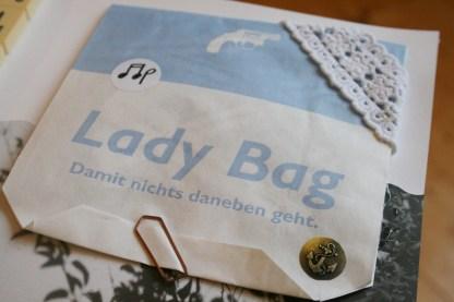 """Die """"Lady Bag"""" - damit nichts daneben geht, verbergen sich hier Textzeilen aus Songs, die wir gern hören"""