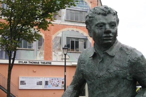 In seiner Geburtsstadt Swansea ist das Dylan Thomas Theatre beheimatet, vor dem eine Skulptur des Poeten thront.