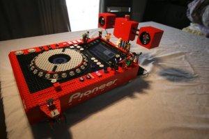 Una consola de DJ hecha completamente con Lego