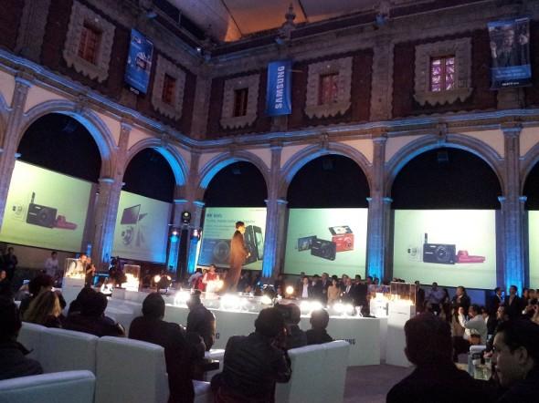Samsung lanza MultiView MV800 y NX200 - sam1-590x442