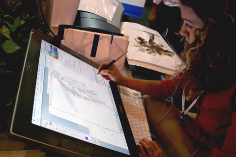 Los 10 empleos peor pagados en México en el 2011 - disenador-grafico-trabajando-en-tableta-digital
