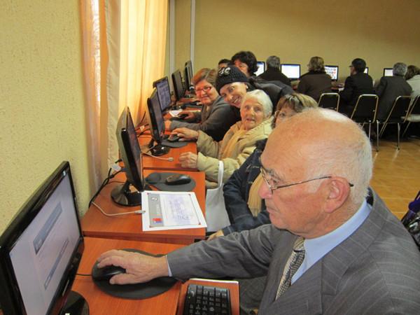 Adultos mayores se reintegran laboralmente gracias al comercio electrónico - adultos-mayores-internet