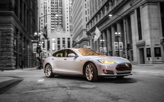 El vehículo eléctrico Tesla S gana el premio Auto del Año que otorga la revista Automobile Mag - Tesla-Model-S-front-right-side-view