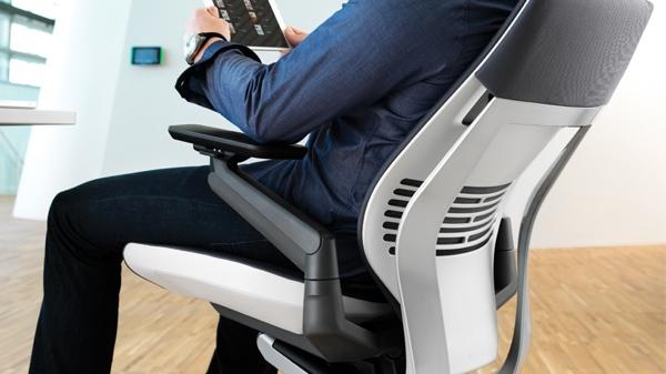 Gesture, la revolucionaria silla de oficina que soporta las posturas derivadas del uso de dispositivos - gesture-chair