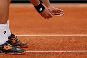 Tenista saca su iPhone para fotografíar la línea y apelar la decisión de un juez de silla de Roland Garros