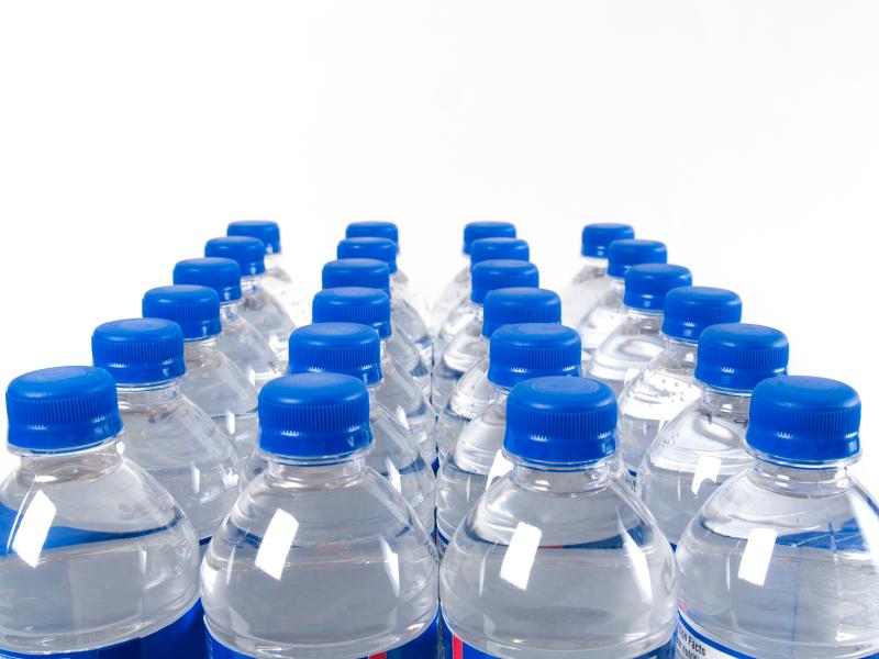agua ebotellada Beber agua embotellada podría ser riesgoso para la salud
