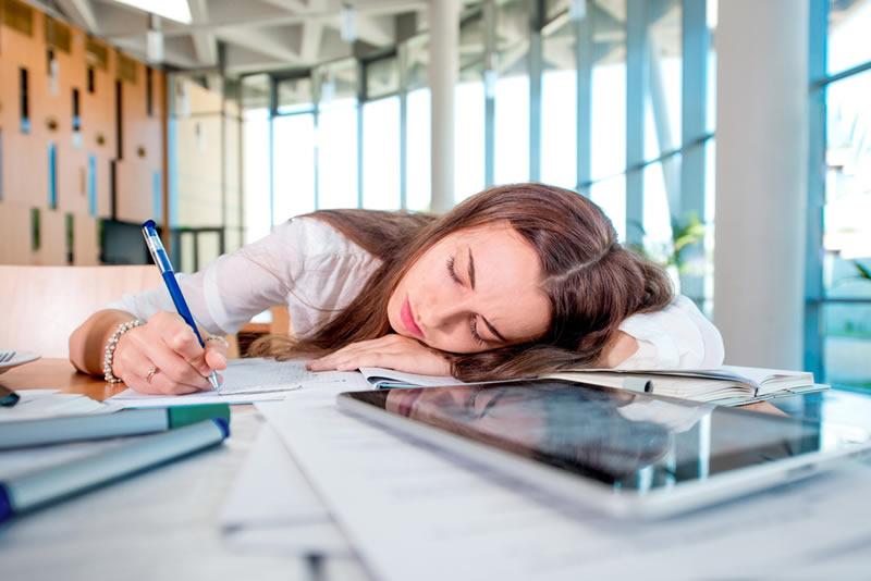 ¿Por qué los estudiantes posponen sus tareas escolares? Aquí la razón - estudiantes-procrastinan-tareas-escolares