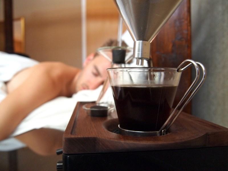 Inventan increíble reloj despertador que te prepara el café